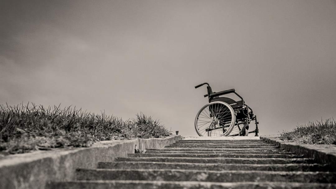 Rollstuhl oberhalb einer Treppe