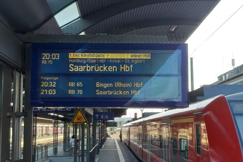 Zugzielanzeiger mit Zugziel Saarbrücken