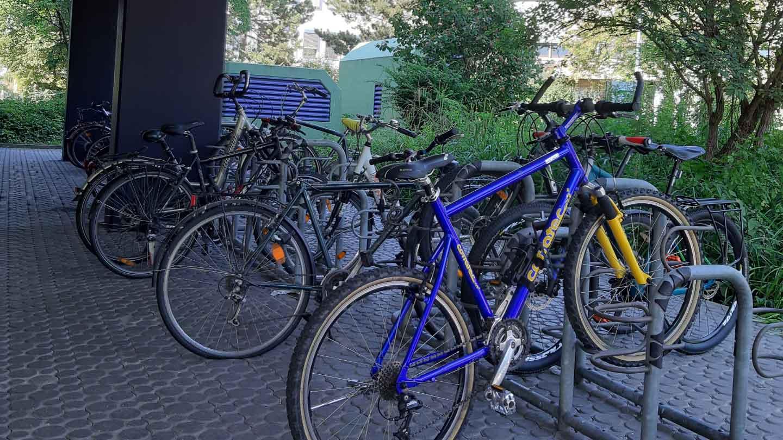 Fahrradständer mit Fahrrädern bei Gebäude 30