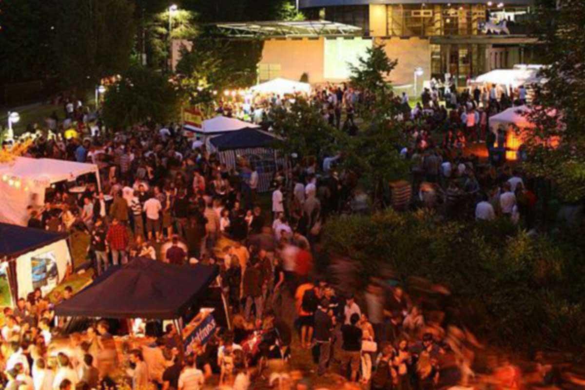 Menschen auf dem Sommerfest